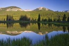 Lago mountains rocosas Fotos de archivo libres de regalías