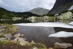 Lago Moutains con neve Immagini Stock Libere da Diritti