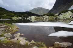 Lago Moutains con nieve imágenes de archivo libres de regalías