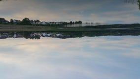 Lago movido de un tirón mirror imagen de archivo