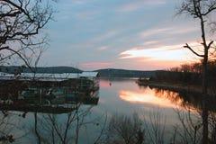 Lago, muelle del barco y puesta del sol fotografía de archivo libre de regalías