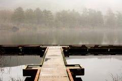 Lago, muelle, y niebla Imagen de archivo libre de regalías