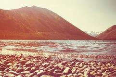Lago Multinskoe con acqua dolce cristallina nelle montagne di Altai Immagine Stock