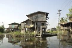 Lago Myanmar Inle - casas de Stelt Fotos de archivo