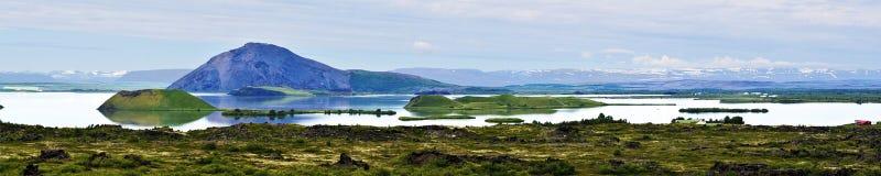 Lago Myvatn con gli isolotti degli pseudocraters vulcanici in Islanda del Nord immagine stock libera da diritti