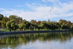 Lago na cidade Imagens de Stock