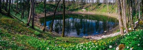 Lago na cratera do meteorito de Kaali na primavera, Saaremaa foto de stock royalty free