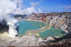 Lago na cratera do vulcão de Ijen. Fotografia de Stock Royalty Free