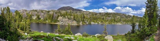 Lago na escala de Wind River, Rocky Mountains Hobbs, Wyoming, vistas da fuga de caminhada backpacking à bacia de Titcomb do Pa de imagem de stock