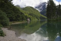 Lago na frente da montanha Imagens de Stock