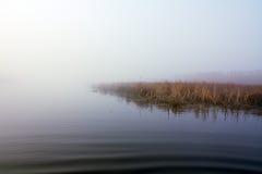 Lago na névoa Fotografia de Stock Royalty Free