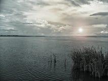Lago na noite fotos de stock