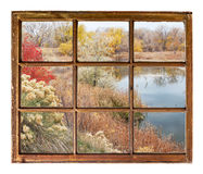 Lago na queda atrasada - opinião da janela fotografia de stock