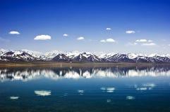 Lago Namtso ed intervallo di montagna Fotografia Stock Libera da Diritti