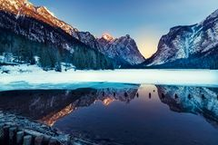 Lago nas dolomites, natureza bonita Dobbiaco, inverno natural Fotos de Stock