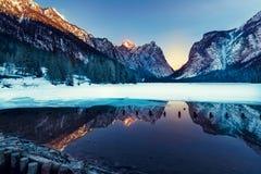 Lago nas dolomites, natureza bonita Dobbiaco, inverno natural Imagens de Stock