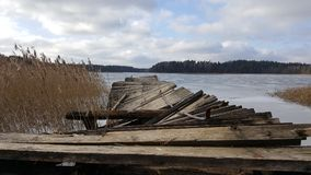 Lago nas madeiras com ponte quebrada Foto de Stock Royalty Free