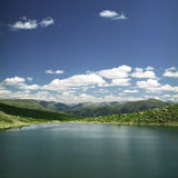 Lago nas montanhas altas Foto de Stock