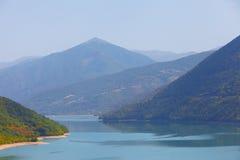 Lago nas montanhas de Geórgia Partes superiores das montanhas na névoa Imagem de Stock