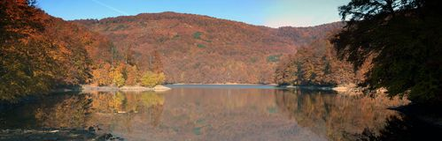 Lago nas montanhas de Vihorlat chamadas fotografia de stock