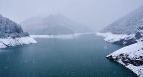 Lago nas montanhas em um dia nevado Fotografia de Stock