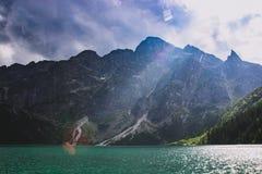 Lago nas montanhas no fundo do Polônia de Morskie Oko Tatra do céu azul imagens de stock royalty free
