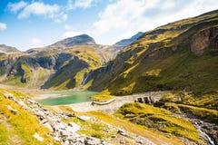 Lago Nassfeld Speicher accanto all'alta strada alpina di Grossglockner nel parco nazionale di Hohe Tauern Fotografia Stock