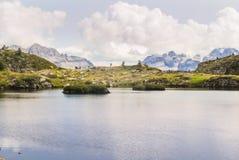 Lago naturale nelle montagne di elevata altitudine Fotografie Stock