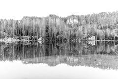 Lago naturale nelle rocce di Adrspach il giorno soleggiato di autunno Città della roccia dell'arenaria di Adrspach-Teplice, repub fotografia stock libera da diritti