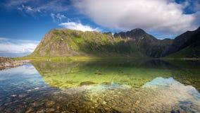 Lago Nedre Heimredalsvatnet em Eggum, ilhas de Lofoten, Noruega fotos de stock royalty free