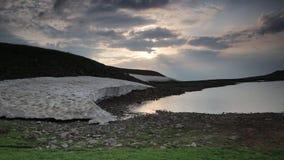 Lago nei salti di tempo di montagne stock footage
