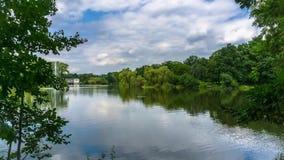 Lago nel parco della città stock footage