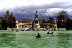 Lago nel parco di Retiro, statua di Alfonso XII, Fotografia Stock