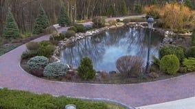 Lago nel parco fra i passaggi pedonali archivi video
