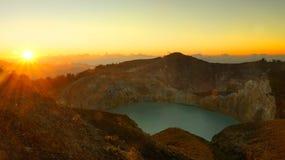 Lago nel vulcano di Kelimutu in Indonesia di mattina ad alba fotografia stock