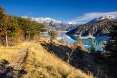 Lago nell'inverno, Hautes-Alpes, alpi francesi, Francia Serre Poncon Immagine Stock