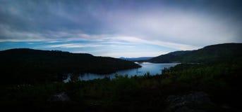 Lago nell'ora blu fotografia stock libera da diritti