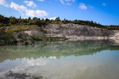 Lago nella cava di calcare Immagine Stock