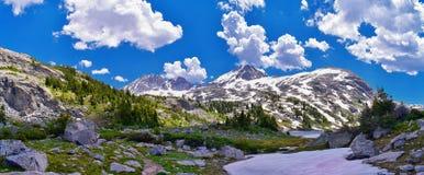 Lago nella gamma di Wind River, Rocky Mountains, Wyoming, viste island dalla traccia di escursione backpacking al bacino di Titco immagini stock