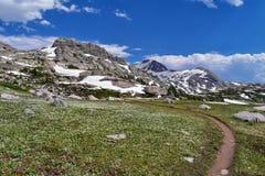 Lago nella gamma di Wind River, Rocky Mountains, Wyoming, viste island dalla traccia di escursione backpacking al bacino di Titco fotografie stock