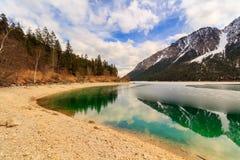 Lago nella montagna delle alpi, Tirolo, Austria Plansee Immagini Stock