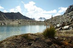 Lago nella montagna delle Cordigliera Immagine Stock