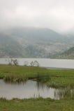Lago nella nebbia Fotografia Stock Libera da Diritti