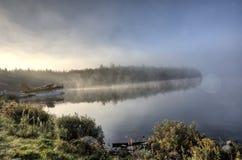 Lago nella riflessione di alba di autunno Fotografia Stock