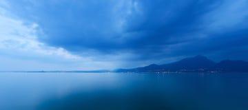 Lago nella sera - Italia garda Fotografie Stock