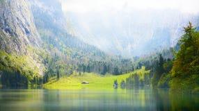Lago nelle alpi Fotografia Stock