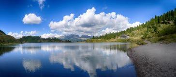 Lago nelle alpi Immagine Stock