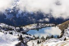 Lago nelle alpi europee Fotografia Stock