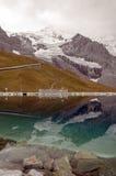 Lago nelle alpi svizzere Immagini Stock