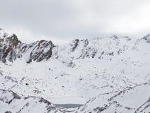 Lago nelle alte montagne Fotografia Stock